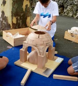 enfant construisant maquette en bois